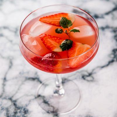 cocktail-cu-lamaie-vin-roze-si-capsuni