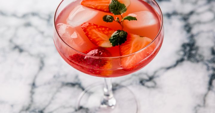 Cocktail cu lămâie, vin roze și căpșuni