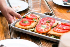Roșii pe sandvișuri scoase din cuptor, conțin licopen