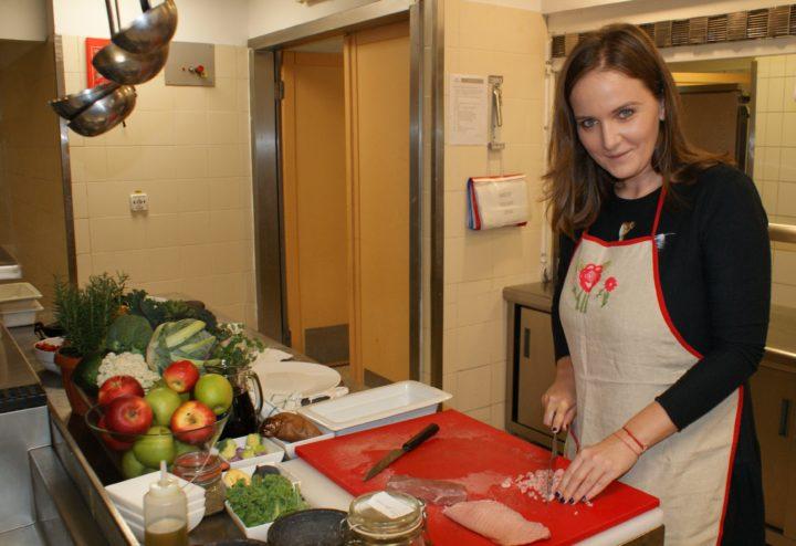 Ioana Maria Moldovan în bucătărie