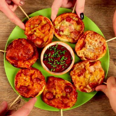 mini-pizza-cu-salam-bacon-si-carnat
