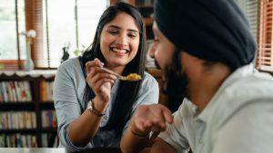 Doi tineri indieni mâncând orez basmati