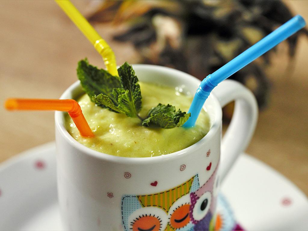 smoothie-cu-ananas-banana-si-avocado