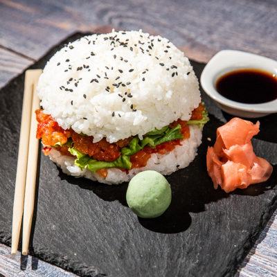 Burger sushi cu avocado și somon