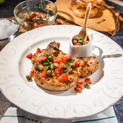 Cotlete de porc cu sos de roșii și capere