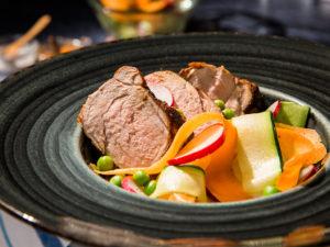 Mușchiuleț de porc cu salată de zucchini și morcovi