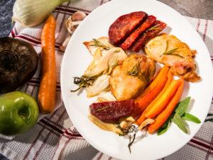 Pulpe de pui cu sfeclă roșie și morcovi la cuptor