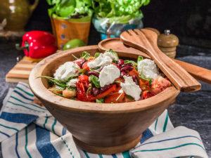 Salată caldă de legume cu brânză de capră