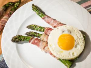 Sparanghel învelit în bacon