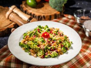 salata-de-broccoli-cu-fulgi-de-migdale-si-rodie