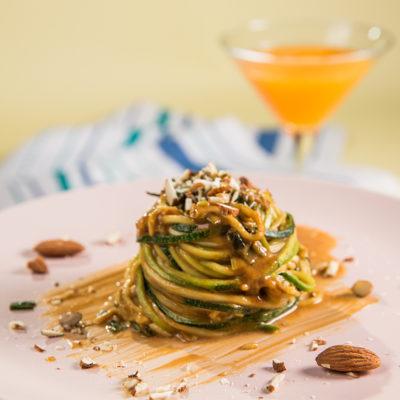 """""""Spaghete"""" din zucchini cu sos de migdale"""