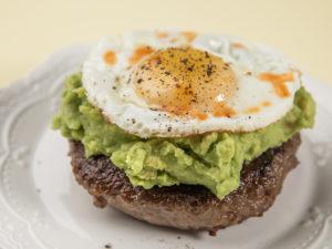 Carne de burger cu ou ochi și pastă de avocado