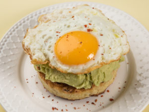 Burger din conopidă cu avocado și ou ochi