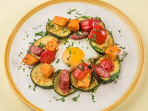 Mic dejun cu ouă, cârnați și legume la cuptor
