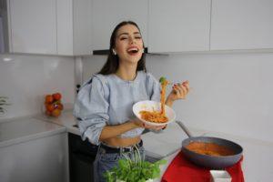 Cezara Munteanu în bucătărie