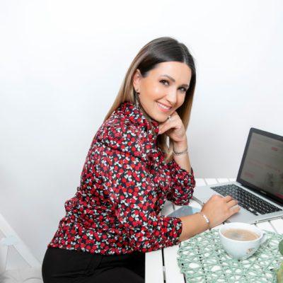Ela Crăciun lucrând la laptop
