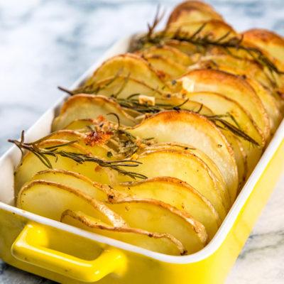 Cartofi copți cu usturoi și rozmarin