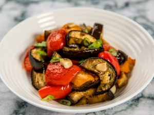 Salată caldă de vinete și ardei grași copți
